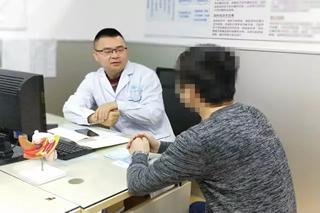 冯强医生看诊中